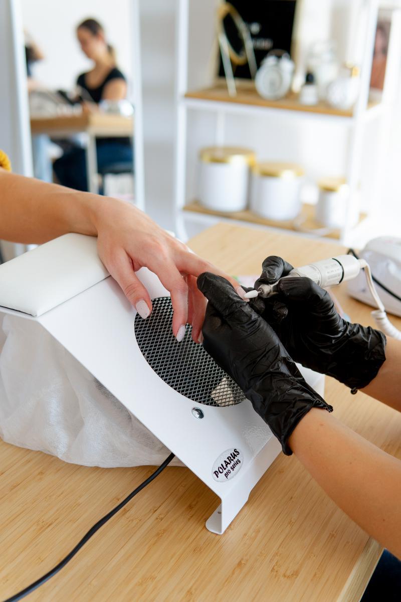 Пылесос для маникюра настольный ND-PRO (handbar-white-plus) в работе